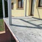 Vorhandener Balkon mit sichtbaren Schäden vor der Sanierung.