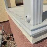 An den Außenkanten wurde ein Randabschlußprofil mit Erweiterungsoption von Wasserablaufrinne und Verblendblechen montiert.